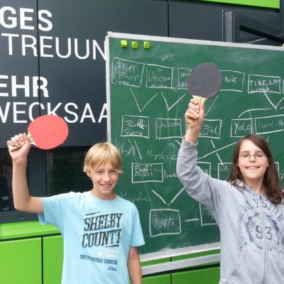 Schüler mit Tischtennis-Schläger