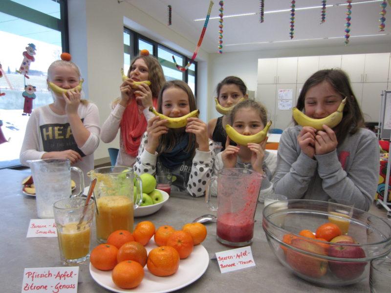 Schüler*innen mit Banane beim Fruehstuecksclub