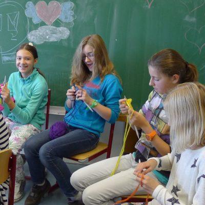 Schülerinnen stricken