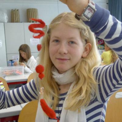 Träume aus Filz - TRÄUME AUS FILZ Die Schülerinnen der 2D arrangierten aus gefilzten Kugeln und Schnüren, mit Perlen und Federn, zarte Filzträume - Maislinger Sabrina